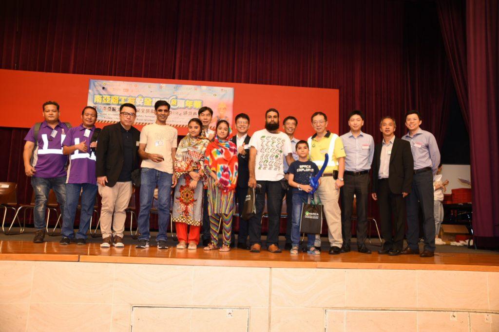 三名得獎者及家人與嘉賓合照,共同分享得獎之喜悅