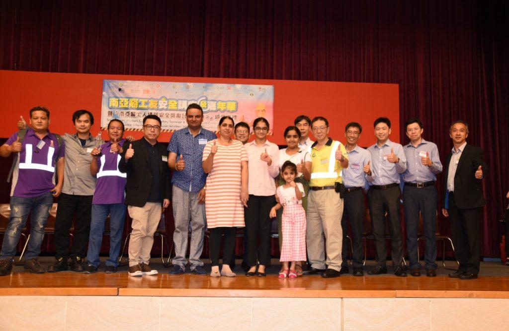 兩位得獎者及家人與嘉賓於台上合照