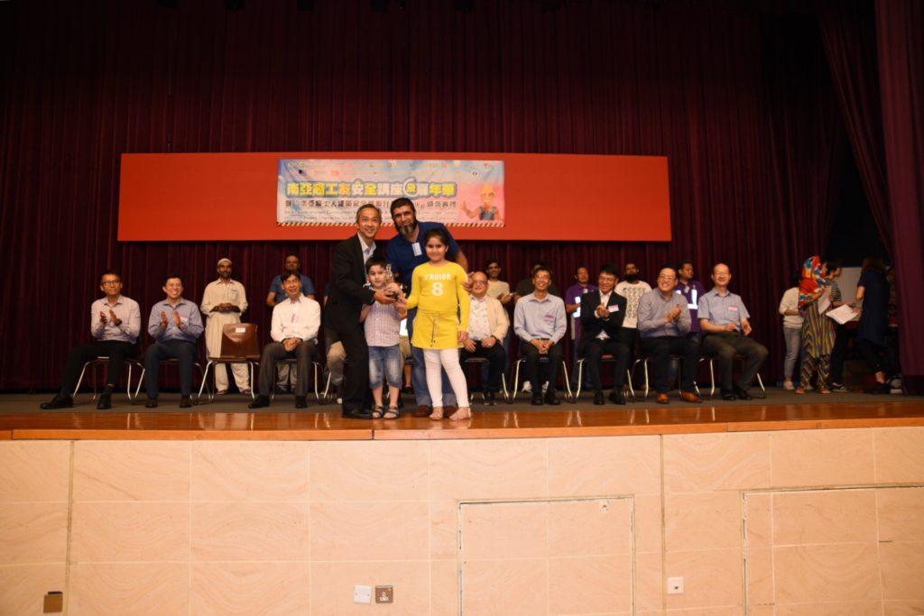 勞工處事務委員會主席藍偉才先生向Mr. TARIQ,Mohammad 頒發獎座