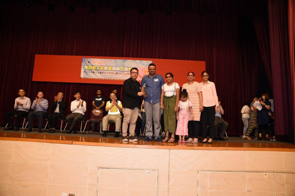 會長郭志華先生向Mr. Sameet-Pal 陳福星先生頒發獎座,由家人陪同領獎